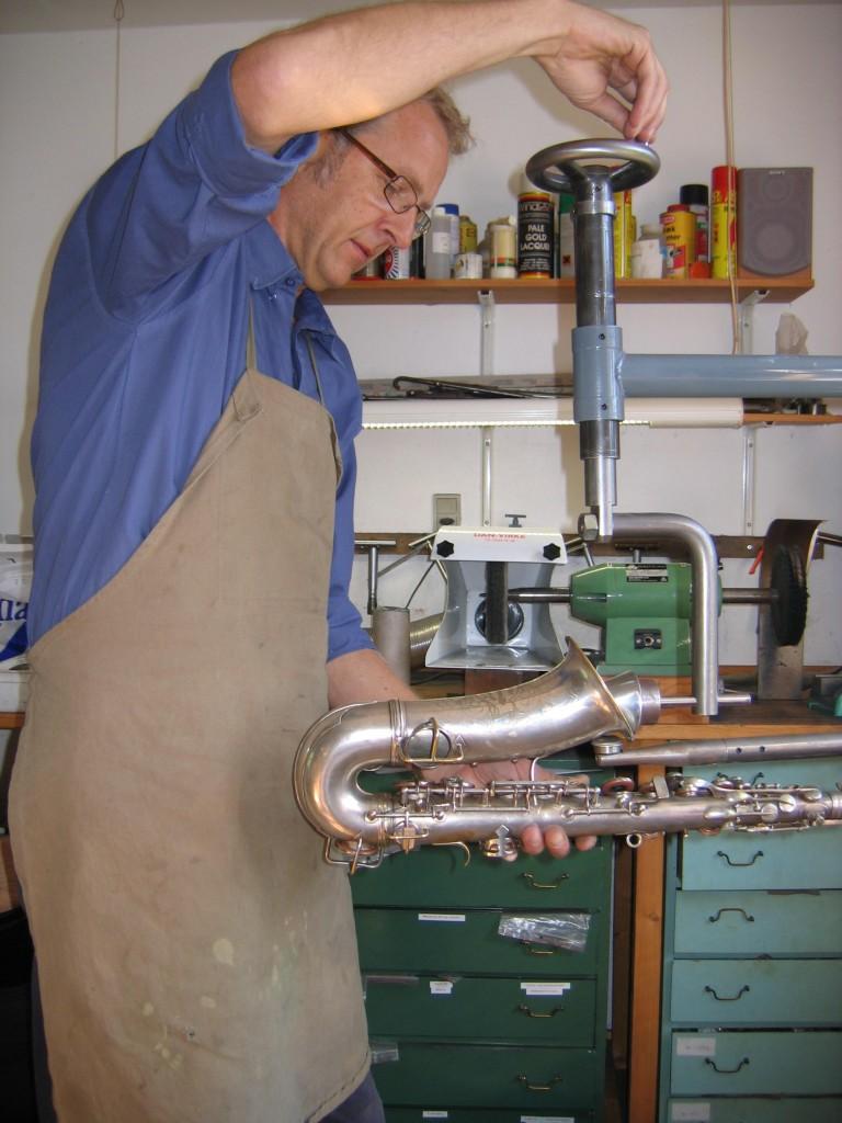 Henrik Møller - Saxofonværkstedet. I gang med klargøring af saxofon