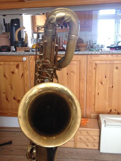 Saxofonen har været solgt til en musiker, som har brugt den i et år og solgt den tilbage til værkstedet.