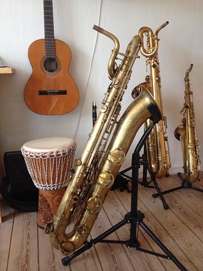 Barytonsaxofonen er lavet i Paris 1958, og er hoverepareret i Saxofonværkstedet i 2012